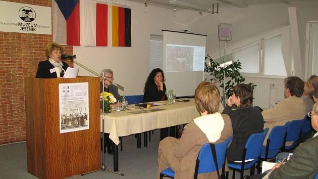Ředitelka jesenického archivu Bohumila Tinzová seznámila posluchače s persekucí kněží za druhé světové války.