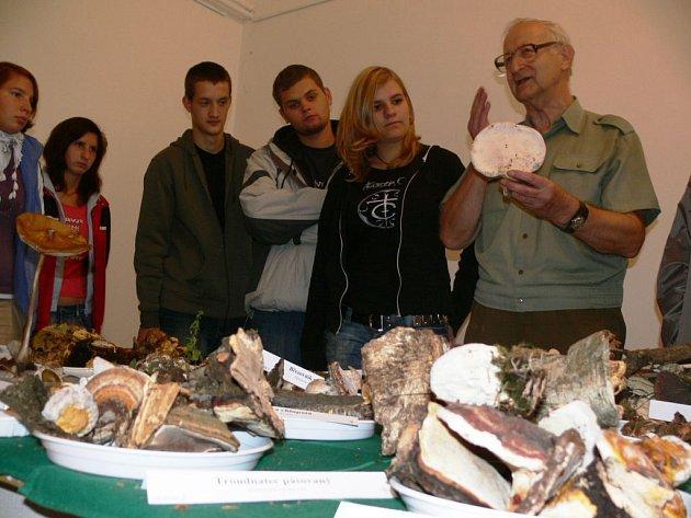 Mykolog Jiří Lazebníček podává návštěvníkům k vystaveným houbám odborný výklad.