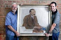 Vnuk slavného malíře Pavel Horník a jeho syn Petr s portrétem slavného předka.
