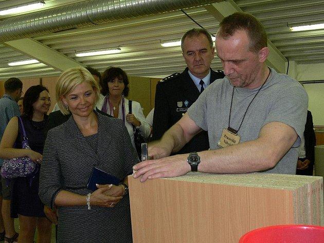Mírovský vězeň při práci na nábytku. Snímek byl pořízen při páteční návštěvě ministryně spravedlnosti Daniely Kovářové (vlevo)