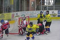 Šumperk (žluté dresy) v extraligovém utkání s Pardubicemi.
