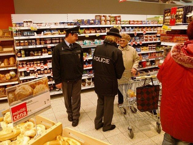 Šumperští policisté v těchto dnech zvýšili hlídky v marketech a na parkovištích. Nakupujícím radí, jak si dávat pozor na své osobní věci a předcházet tak krádežím.