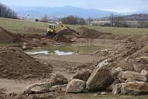Výstavba soustavy tůní pro zadržování vody v krajině u Staré Červené Vody.