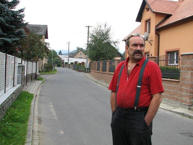 Jan Doupovec a další obyvatelé Slunné ulice sepsali petici, nechtějí se topit ve vodě.