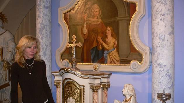 Ředitelka muzea Marie Gronychová představuje jeden z exponátů výstavy církevního umění období klasicismu.