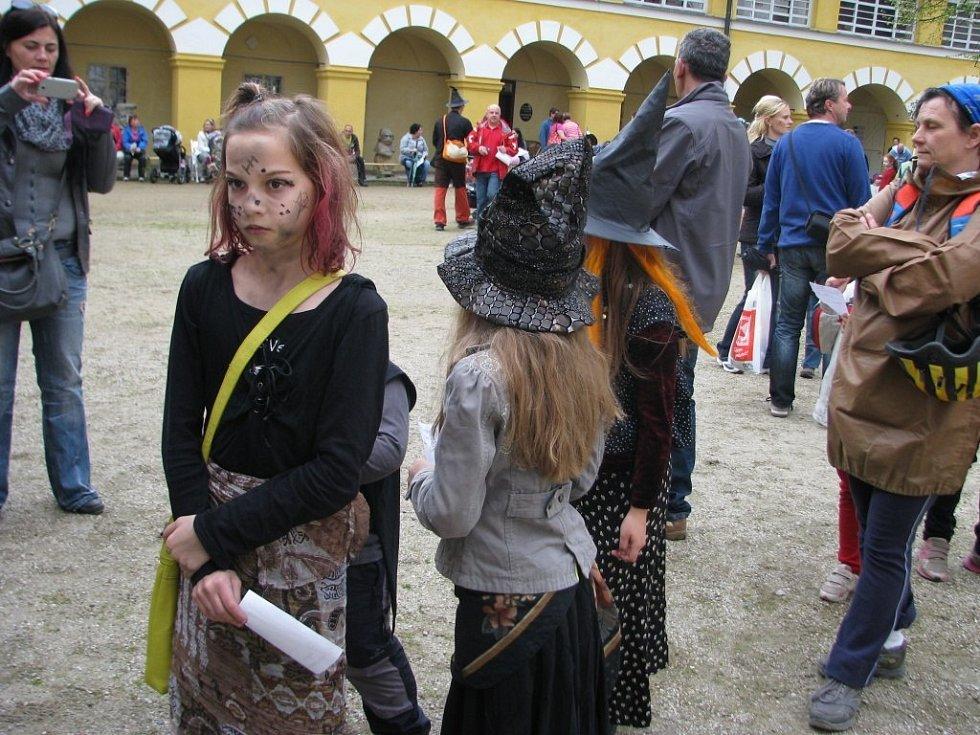 Nádvoří zámku ve Velkých Lopsinách ožilo, sraz čarodějnic přilálak řadu návštěvníků.