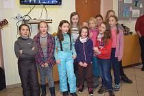 Děti z montessori tříd Základní školy Vápenná při zpívání v Azylovém domě v Jeseníku
