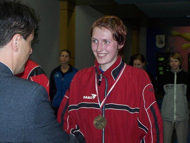 Hana Wiedermannová přebírá gratulaci po zisku titulu.