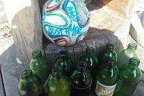 Míč, který v Lesním baru po svém řádění zanechali vandalové