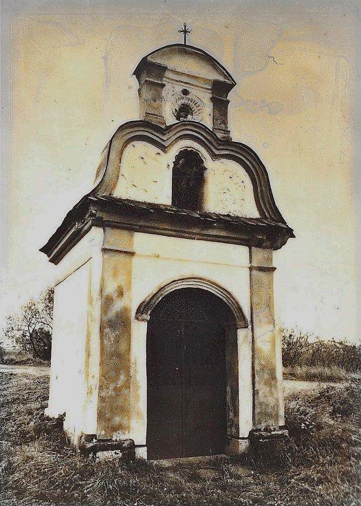 Kaplička svatého Šebestiána, která stojí na břehu Křemačovského rybníka v Mohelnici