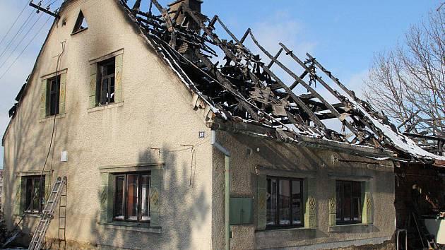 Požárem zničený dům v Jedlí