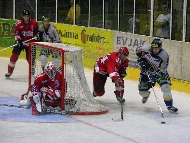 Šumperský Radim Antonovič objíždí bránu Olomouce ve včerejším utkání.