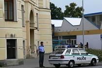 Budovu soudu střežili policisté.