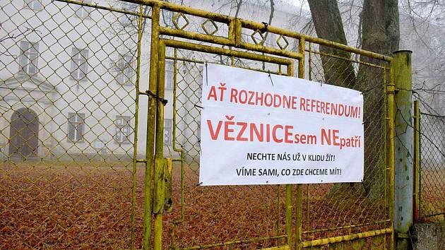 Areál bývalého výchovného ústavu v Králíkách v den konání referenda o jeho přeměně na věznici
