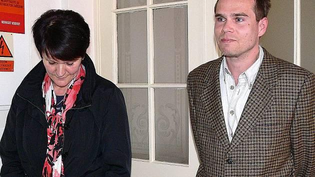 Občané Zábřehu Jaroslava Wolná a Pavel Trhal před jednáním soudu, který zamítl jejich žalobu proti smlouvě mezi městem Zábřeh a firmou Wanemi