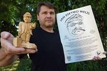 Filmař Martin Strouhal s figurkou Jana Eskymo Welzla a pamětní deskou, kterou poveze jeho expedice na Novosibiřské ostrovy.