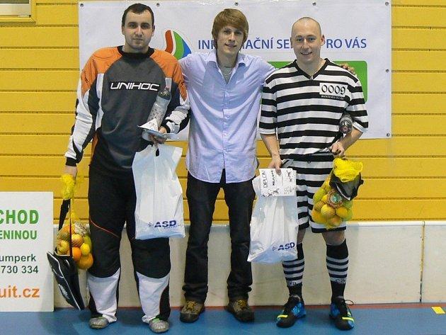 Zleva nejlepší gólman ligy Petr Winkler, David Braun, ředitel ŠFL a nejlepší střelec ligy Michal Kilčický