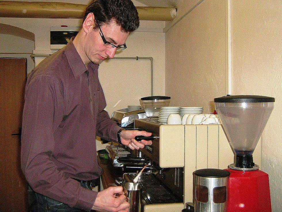 V Hotelové škole Vincenze Priessnitze v Jeseníku se studenti i pedagogové v baristickém kurzu učí, co je podstatou správné přípravy kávy