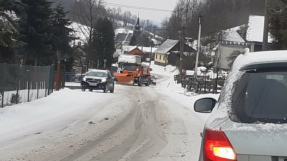 Kamion v pondělí 8. února ráno nevyjel stoupání v Bratrušově.