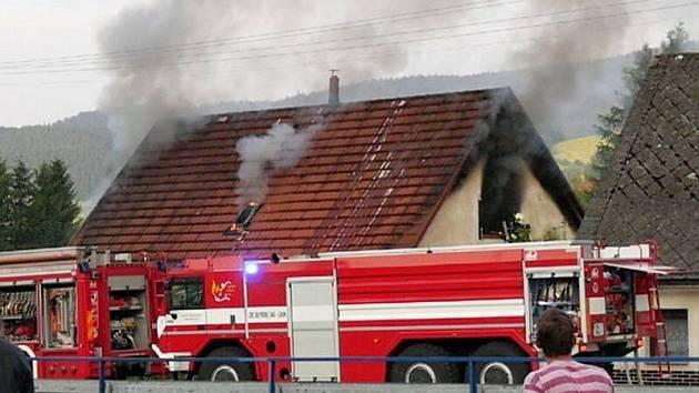 Hasiči likvidovali požár střechy v obci Bukovice na Jesenicku