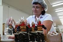 Dana Vaňková pracuje při výrobě čertů Krampusů v chráněné dílně Charity v Lošticích už šestý rok
