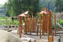 Nové hřiště vyrostlo v klidném prostředí lipové aleje a rybníků na Oborníku. Malé děti zde najdou mimo jiné archeologické naleziště, starším je určený hrad s lanovými prvky a houpačkami.