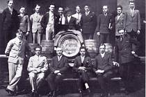 Na dobovém snímku zřejmě z roku 1925 jsou zaměstnanci hanušovického pivovaru s ředitelem Ludwigem Strassmannem (uprostřed na sudu).