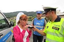 Tři desítky řidičů zastavili policisté ve středu 8. července na Jesenicku během akce Řídím, piju nealko pivo.