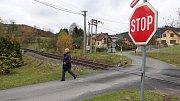 Tento přejezd v Lipové-lázních označují místní za nebezpečný. Nedávno se na něm stala nehoda.