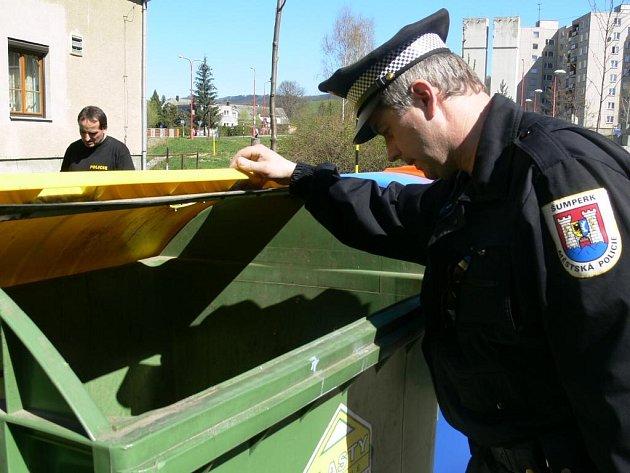 Policisté spolu s městskými strážníky pozorně kontrolovali také popelnice a kontejnery v okolí místa hrůzostrašného činu.