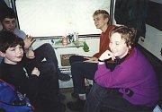 Členové kapely 05 a Radeček s tehdejší zpěvačkou Ivanou Sobolovou ve svých koncertních začátcích cestovali vlakem.