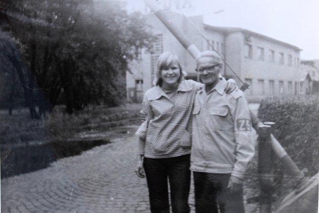 Věra Lukešová s vrátným šumperské Hedvy v 70. letech minulého století