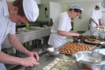 Jídla typická pro slunnou Itálii připravili včera žáci Středního odborného učiliště obchodního v Prostějově. Recepty si učni přivezli z třítýdenní zahraniční stáže v přímořském Cesenaticu.