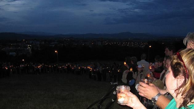 Do osvětlení obří skautské linie se v Zábřehu zapojily stovky lidí.