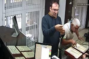 Dvojice zlodějů ze zlatnictví v akci
