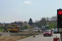 Kvůli stavbě průtahu Vlachov – Rájec čeká teď na řidiče směřující z Mohelnice do Zábřeha a naopak zdržení. Ve Vlachově a mezi Rájcem a Zvolí řídí dopravu semafory.