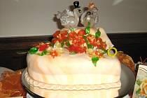 Vítězný dort Michaely Hanusové s labutěmi z foukaného karamelu