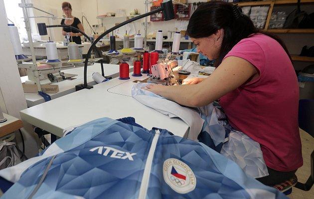 Oblečení pro olympioniky ušily švadleny v jesenické firmě.