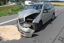 Senior nedal přednost při odbočování a výsledkem jsou tři zranění a škoda za 353 tisíc korun. Nehoda se odehrála ve středu dopoledne u obce Libivá, která je předměstím Mohelnice.