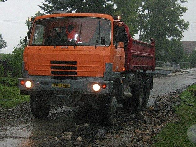 Na Jesenicku se rozjíždí pomocné práce, na snímku je tatra Záchranné roty Olomouc