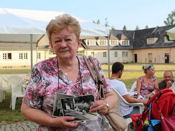 Paní Ludmila pracovala vbývalém plicním sanatoriu jako zdravotní sestra přes patnáct let. Na vernisáž ssebou přinesla historické snímky ze svého alba.