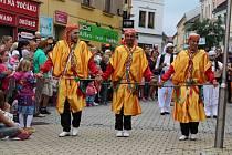Divácky nejoblíbenější je roztančená ulice. Všechny zúčastněné soubory projdou v průvodu Šumperkem, na několika místech se zastaví a zatančí či zazpívají. Obrovský úspěch sklízeli i tenečníci z Alžíru