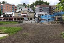 Takto vypadalo jesenické koupaliště ve čtvrtek 2. června. Trávník zde do otevření na přelomu června a července vyrůst nestihne. Návštěvníci budou moci využít lehátka.