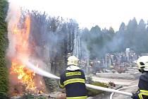 Túje na šumperském hřbitově začaly hořet od špatně umístěné svíčky.