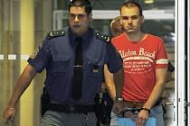 Karel Kašpar (vpravo) obžalovaný z vraždy v Rudě nad Moravou na Šumpersku přichází ke Krajskému soudu v Olomouci, který 30. června začal projednávat jeho případ.