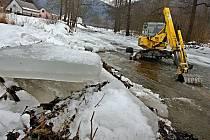 Druhý stupeň povodňové aktivity na řece Moravě v obci Raškov – Bohdíkov kvůli ledovým bariérám. Dnes vodohospodáři odstranili