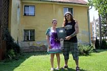 Lubomír Ungermann s dcerou Charlotte ukazují složku plnou dokumentů. Ty dokládají, že dům za nimi a přilehlé pozemky skutečně patří jejich rodu.