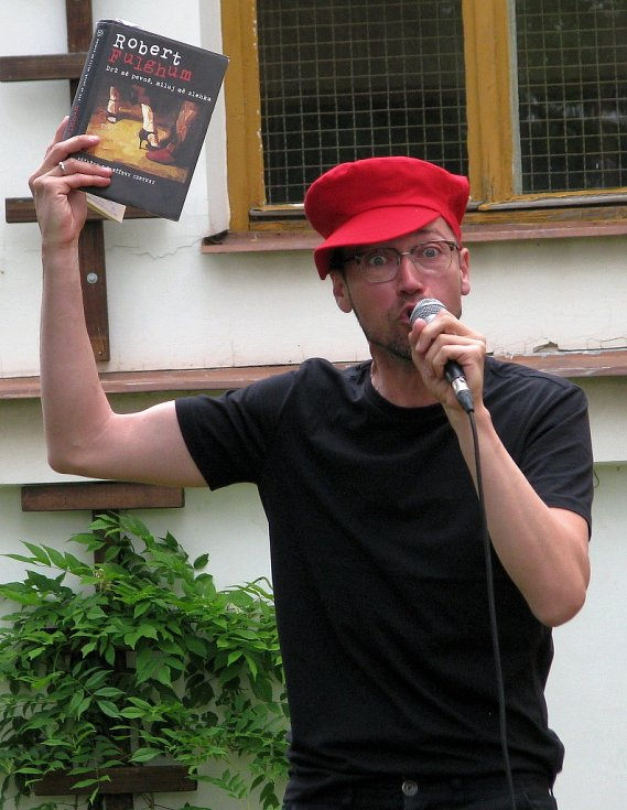 Robert Fulghum do Šumperka zavítal díky projektu LiStOVáNí herce Lukáše Hejlíka. Ten se svými kolegy šumperskému publiku zahrál poslední Fulghumovu románovou věc Drž mě pevně, miluj mě zlehka.