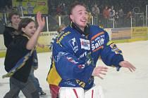 Gólman Draků Lukáš Daneček s fanoušky v patách chvíli poté, co Šumperk postoupil do finále ligy. Daneček se stal hrdinou semifinálové série