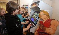 """Výstava ve Vlastivědném muzeu Jesenicka z """"dřevní"""" doby počítačových her."""